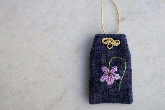 菫のアミュレット作り ~刺繡ワークショップ~