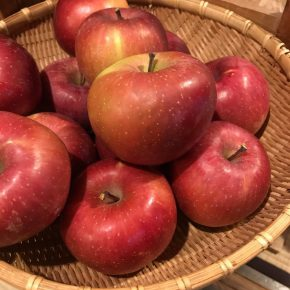 りんごや野菜が入荷しています。